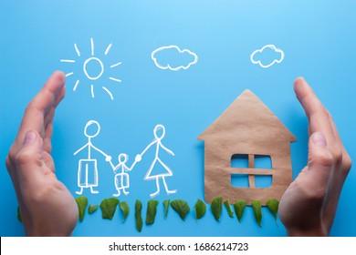 Familie in Händen. Anlageversicherungskonzept