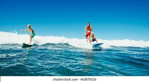 Familie, die gemeinsam surfen kann, Sommerleben