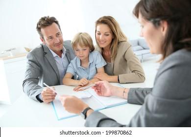 Família reunião agente imobiliário para comprar nova casa