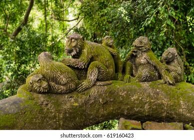 Family monkey statue