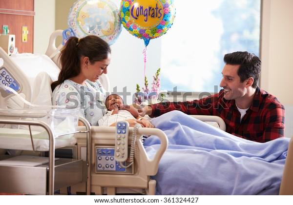 Familia Con Nuevo Nacido En El Departamento De Hospitales Post Natal