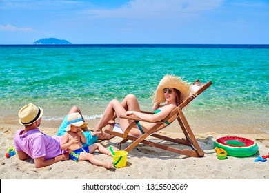 Familia en la playa, pareja joven con niño de tres años. Vacaciones familiares de verano. Sithonia, Grecia.
