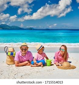 Familia en la hermosa playa de Anse Soleil, pareja joven con niño de tres años. Vacaciones de verano en Seychelles, Mahe.