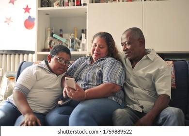 Familienporträt zu Hause mit Smartphone