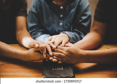 Familie beten zusammen mit Eltern zu Hause, Online-Gruppenverehrung, Welttag des Gebets, internationaler Tag des Gebets, Hoffnung, Dankbarkeit, Dankbarkeit, Dankbarkeit, Vertrauen
