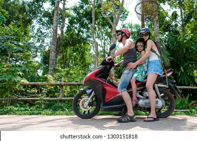 Family travelers who take a three seater in a motorcycle