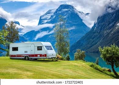 Viaje de vacaciones en familia RV, viaje de vacaciones en casa de motos, Caravana coche Vacaciones. Bonito paisaje natural noruego.