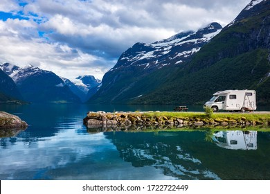 Viaje de vacaciones en familia RV, viaje de vacaciones en casa de motor, Caravan camión Vacation. Bonito paisaje natural noruego.