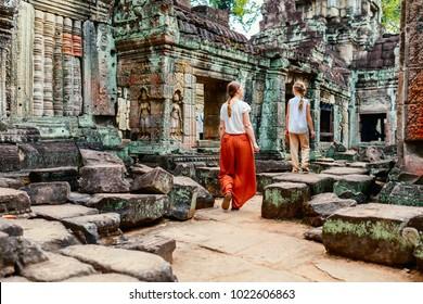 Familie, die den antiken Tempel von Preah Khan in Angkor besucht