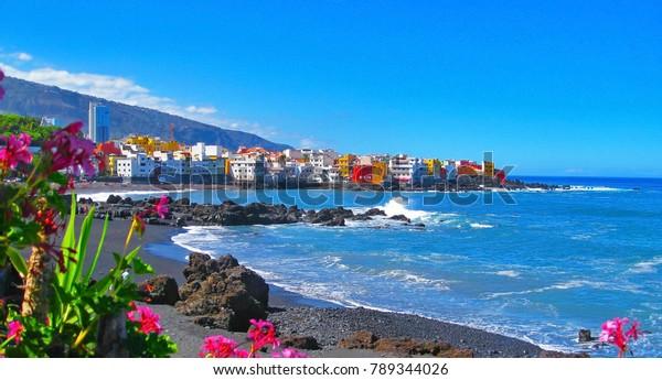 Der berühmte Strand Playa Jardin mit schwarzem Sand in Puerto de la Cruz, Teneriffa, Spanien