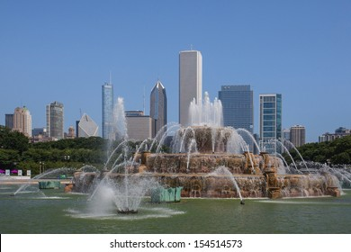 Famous Buckingham fountain in Grant Park, Chicago, USA