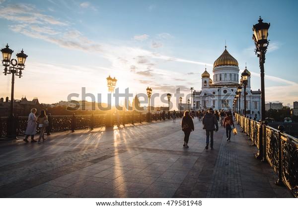 Célèbre monument chrétien en Russie - la cathédrale du Christ Sauveur au coucher du soleil. Coucher de soleil doré sur un pont à Moscou, automne extérieur en Russie. Cathédrale du Christ Sauveur, paysage extérieur de Moscou