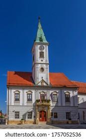 Célèbre hôtel de ville sur la place du Roi Tomislav à Varazdin par une belle journée, Croatie