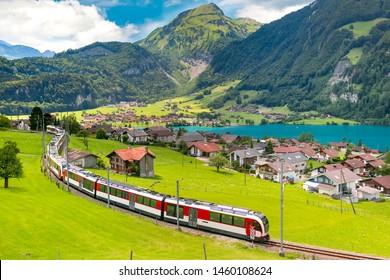 Berühmter elektrischer roter Touristenpanoramazug im Schweizer Dorf Lungern, Kanton Obwalden, Schweiz