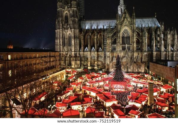 Der berühmte Kölner Dom-Weihnachtsmarkt mit Illumination, Christbaum und Kathedrale im Hintergrund.