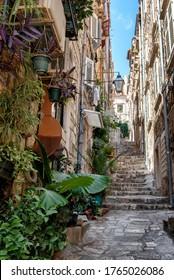 クロアチアのドブロヴニク古い町の有名な狭い路地