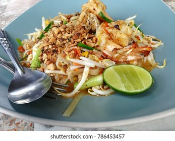 Famous pad thai noodle with prawns, rice noodle and bean sprouts.