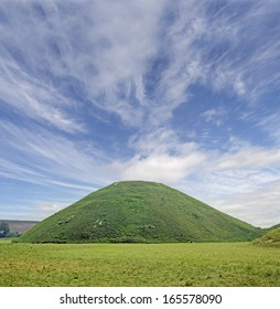 Famous Silbury Hill, Wiltshire The Neolithic era Silbury Hill. Man made in the Stone Age around 2,400 BC. Silbury, Wiltshire. Close to Stonehenge and Avebury in Great Britain. UNESCO World Heritage