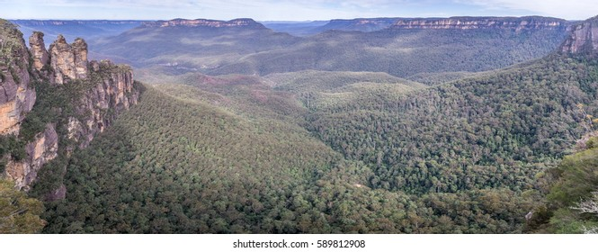 The famous Three Sisters rock formation in the Blue Mountains National Park close to Sydney, NSW, Australia