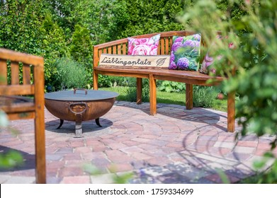 Fantastic gardens with a cozy place to relax and a wooden sign that says Favorite Place in german language