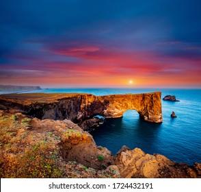 Fantastische große Lavabogen im Atlantischen Ozean an der Küste. Lage Platz Sudurland, Kap Dyrholaey, Island, Vik Dorf, Europa. Foto der beliebten Touristenattraktion. Entdecken Sie die Schönheit der Erde.