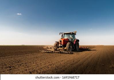 Bauer bereitet sein Feld in einem Traktor bereit für den Frühling.