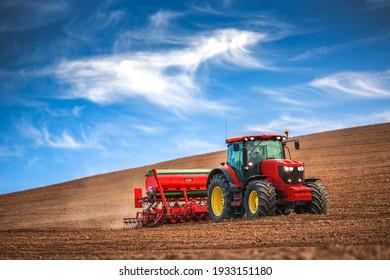 Landwirte in Zugmaschinen, die landwirtschaftliche Flächen mit Saatbett für das nächste Jahr bereiten