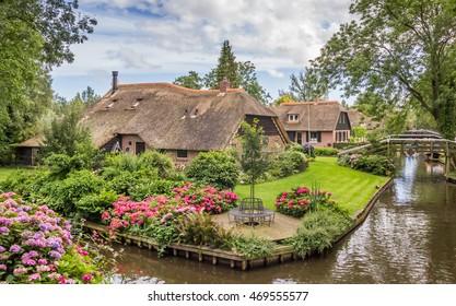 Boerderijen met rieten daken in Giethoorn, Nederland