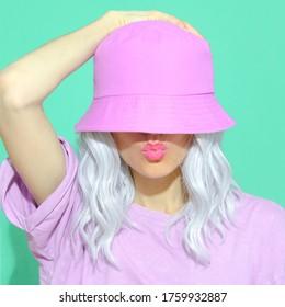 Fashion ästhetisches Mädchen in trendigem Sommerzubehör. Eimerhut. Straße Stil. Urban. Vanilla Pastellfarben