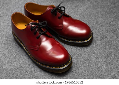 Fashion classical cherry red oxblood men's leather shoes with black laces.