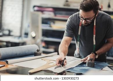 Diseñador de moda trabajando en su estudio