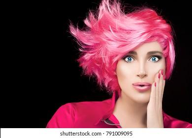 Modemodellmädchen mit stylisch gefärbtem rosa Haar und purierten Lippen mit Ausdruck der Überraschung Blick auf die Kamera. Schönheit Friseurporträt einzeln auf schwarzem Hintergrund mit Kopienraum für Text