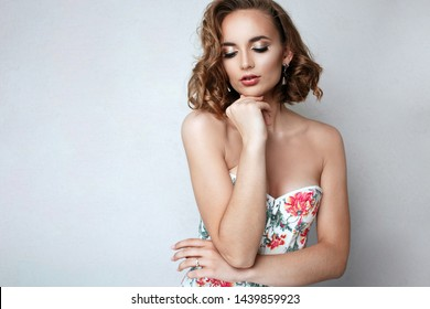 Fashion portrait of charming brunette woman with bright makeup and wavy hair. Empty space