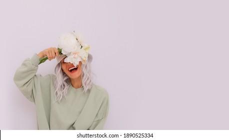 Modeporträt eines glücklichen blonden Mädchens mit trendigem Eimerhut und Baumwollhoodie.  Fresh Aqua bedeutet die einfarbigen Farben.  Eco Street-Konzept. Sommersaison im Frühling