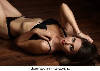 Modeporträt eines professionellen Models in schwarz-sexy Unterwäsche
