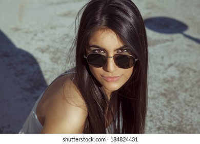 Fashion portrait of woman in sunglasses. outdoors shot.