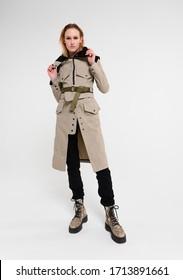 Modefotos im Studio . Professionelles Modell , modische Kleidung und Stil, neue Kollektion. stilvoller Look