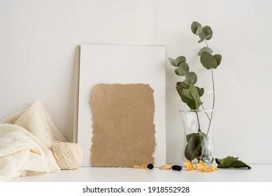 Fondo de la papelería de moda sobre un fondo blanco. una postal vacía para una inscripción y un sprint de eucalipto. Antecedentes vintage de bodas. Tarjeta de invitación.