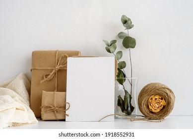 Fondo de la papelería de moda sobre un fondo blanco. postal en blanco para las letras y regalos en papel kraft. Antecedentes de la boda. Tarjeta de invitación.