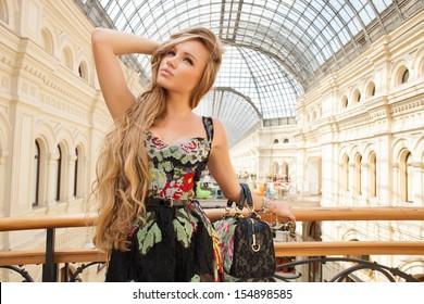 fashion woman walking to the boutiques