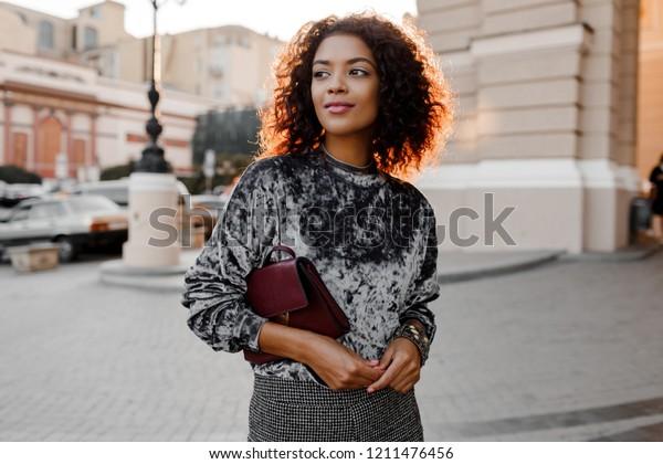 Fille noire à la mode en super pull en velours gris , accessoires de bijoux de luxe   marcher à Paris.