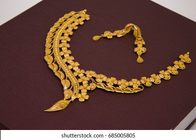 Fashionable Leaf Design gold necklace with Earrings