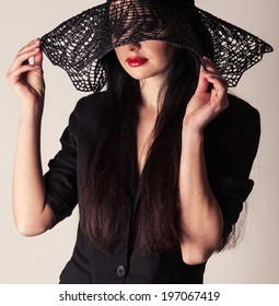 Fashionable portrait of a beautiful woman in a hat. stylish model
