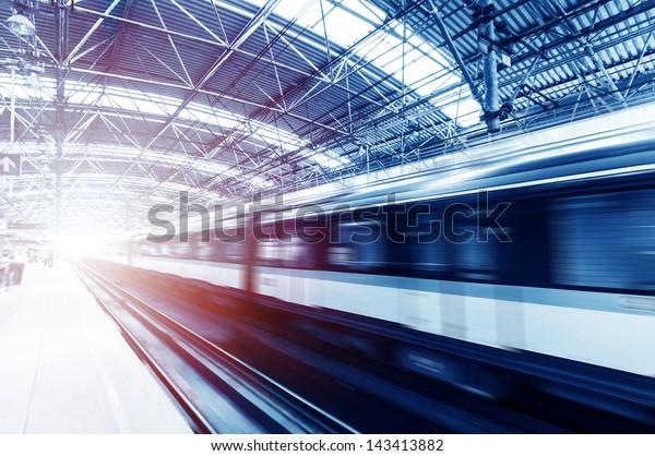 Schneller Zug mit Bewegungsunschärfe.