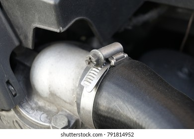 fastener / It is a pipe fasteners to connect a rubber or metal tube with the water or liquid in the engine.