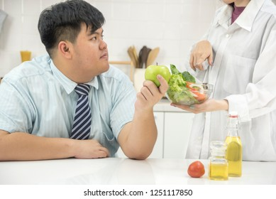 Fat Businessman, men want to eat healthy food salad Nutritionists recommend eating. healthy food