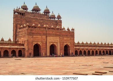 Fatehpur Sikri - Courtyard Palace with Tombs