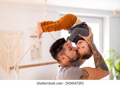 Vater spielt zu Hause mit seinem kleinen Sohn