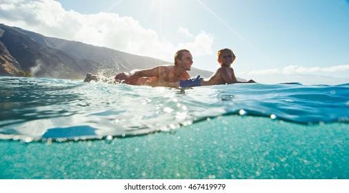 Vater und Sohn, gemeinsam surfen, Sommerleben
