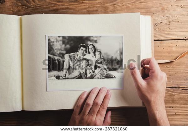 Väter Day Komposition - Fotoalbum mit einem Schwarz-Weiß-Foto. Studioaufnahme auf Holzhintergrund.